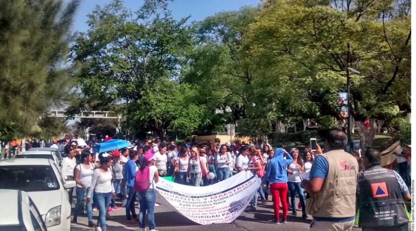 Estudiantes de la Universidad Autónoma de Guerrero realizaron mítines afuera del Congreso local, la delegación estatal de la PGR, el Palacio de Gobierno y en la Fiscalía General de Justicia.