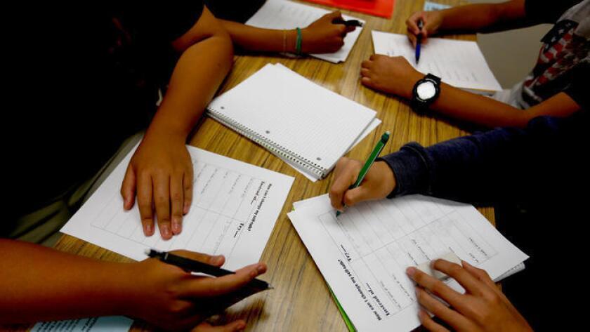 Un grupo de estudiantes terminan su trabajo en Downtown Magnets High School, en Los Ángeles ().