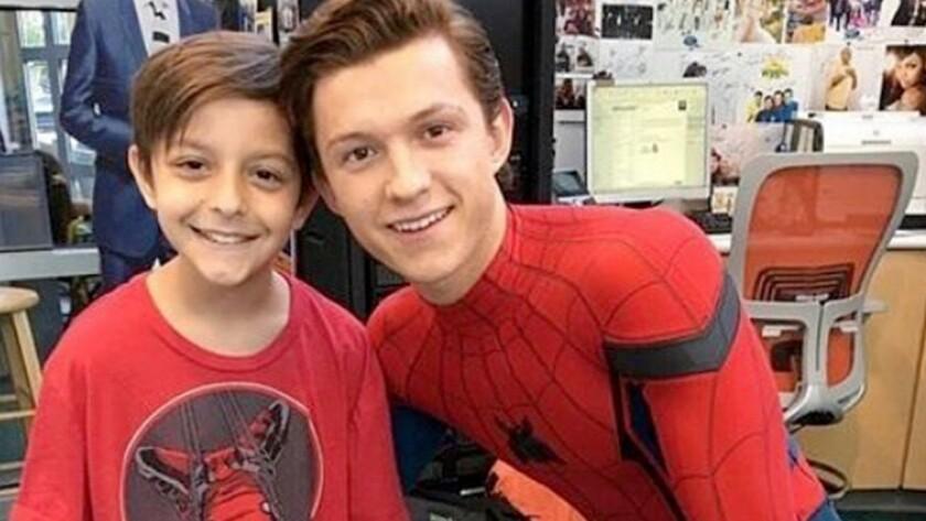 El intérprete de 20 años le dibujó una sonrisa en el rostro a los infantes de la clínica vestido como el flamante héroe de acción de Marvel Comics.