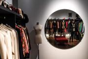 Deneuve se desprende con una subasta de sus colecciones de Yves Saint Laurent
