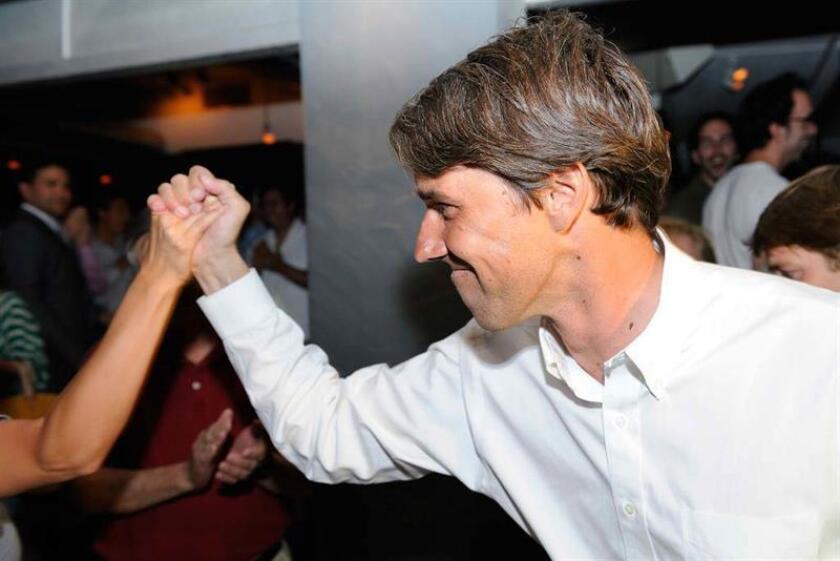 El candidato demócrata para representar a El Paso ente el Congreso, Beto O'Rourke, saluda a unos simpatizantes en un encuentro en El Paso, Texas. EFE/Archivo