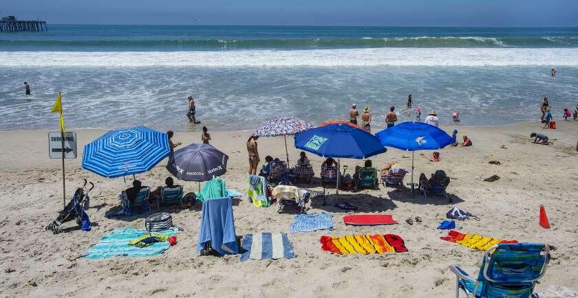 La playa en San Clemente, California, abierta pese a los cierres en la mayor parte de la costa en el sur de California para el 4 de julio de 2020 debido a un aumento en los casos de coronavirus. (Mark Rightmire/The Orange County Register via AP)