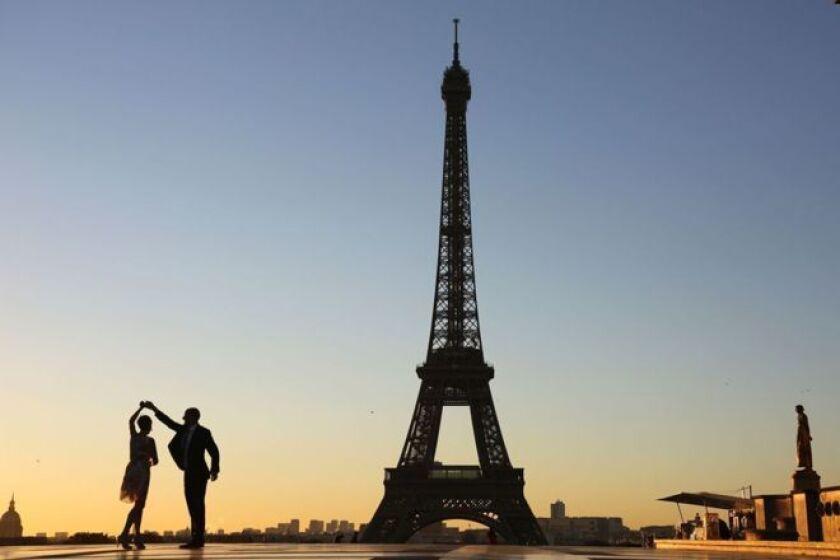 El objetivo es que sea una protección contra posibles ataques terroristas y remplace unas vallas de metal que fueron instaladas alrededor de la torre con motivo de la Eurocopa 2016.