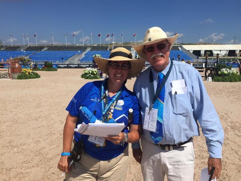 El delegado técnico de los Juegos Ecuestres Mundiales de Tryon, el venezolano Leopoldo Palacios (d), posa con Michelle Dunn (i), del departamento de prensa, hoy, viernes 21 de septiembre de 2018, en el estadio del Centro Ecuestre Internacional de Tryon, Carolina del Norte (EE.UU.). EFE