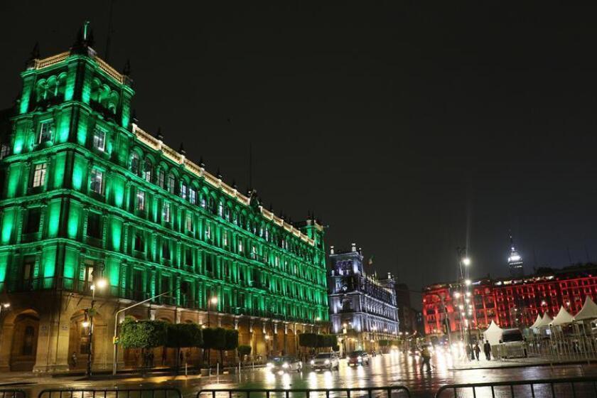 Fotografía cedida por el Gobierno de la Ciudad de México hoy, miércoles 13 de junio de 2018, que muestra monumentos históricos iluminados con los colores patrios en Ciudad de México (México). EFE/Gobierno de la Ciudad de México/SOLO USO EDITORIAL / NO VENTAS