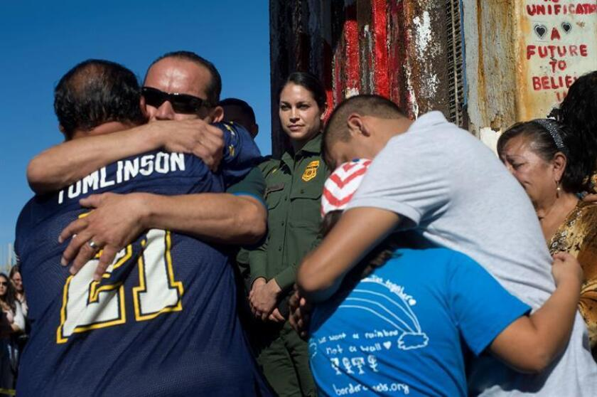 La puerta del muro fronterizo entre Tijuana (México) y San Diego (California) que por cuatro años se ha abierto para permitir la momentánea reunificación de familias se mantendrá cerrada de manera indefinida, informó hoy el director del grupo Ángeles de la Frontera. EFE/ARCHIVO