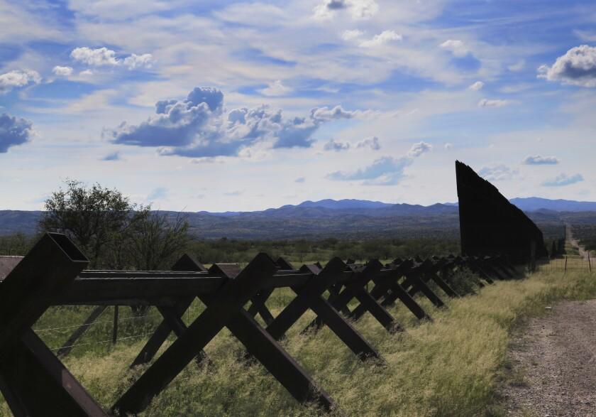 Esta foto del 20 de septiembre del 2016 muestra la frontera de Arizona con México en el área de Nogales. Los votantes en Arizona decidirá en las elecciones del 8 de noviembre si el estado legaliza la marihuana con propósito recreativo. (AP Foto/Astrid Galvan) ** Usable by HOY, ELSENT and SD Only **