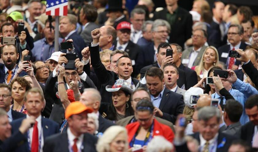 Delegados asisten hoy, 18 de julio de 2016, al primer día de la Convención Republicana en el Centro Nacional Republicano Quicken Loans Arena de Cleveland, Ohio. EFE/DAVID MAXWELL