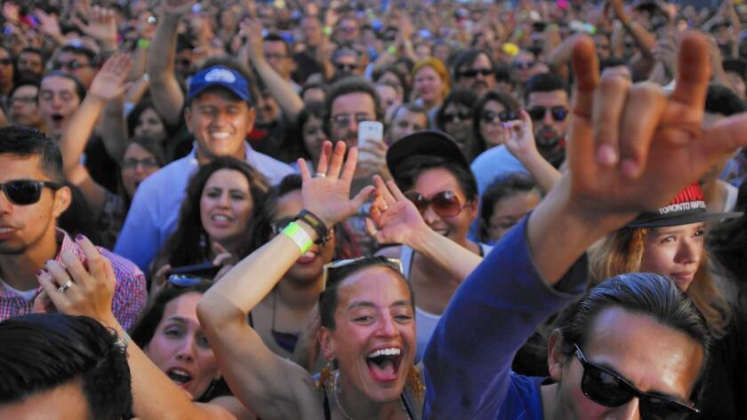 La Oficina del Censo dio a conocer que hasta el 1 de julio del 2014, vivían en California alrededor de 14 millones 990.000 latinos, superando a los 14 millones 920.000 blancos que viven en el estado. En la foto, un numeroso grupo de latinos participa en un concierto de música celebrado en Los Ángeles en octubre del 2014.