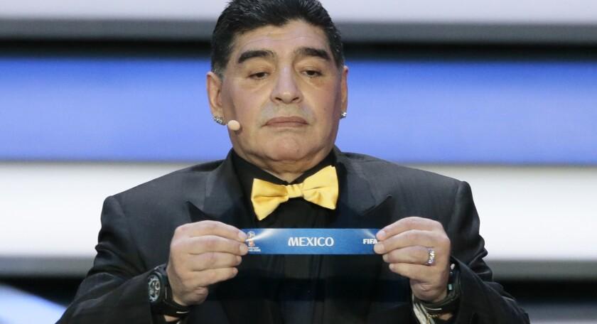 Diego Maradona muestra el nombre de México, en el sorteo para el Mundial Rusia 2018.