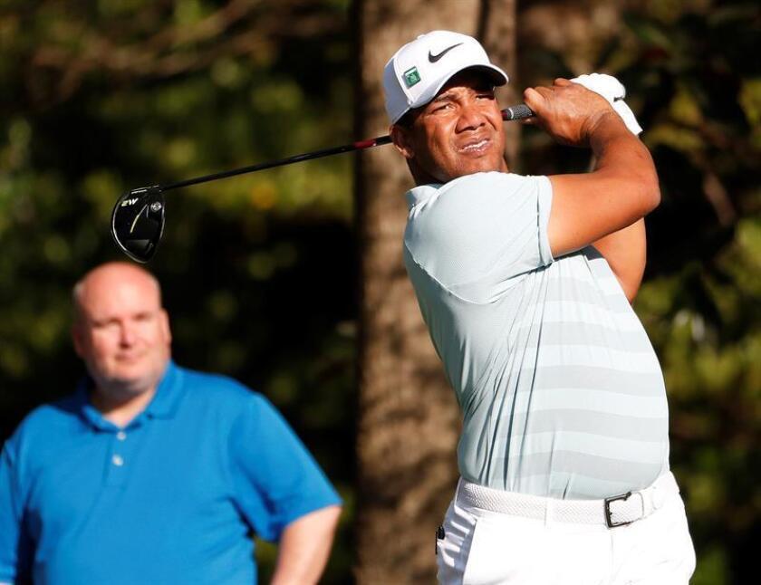 El golfista venezolano Jhonattan Vegas golpea una bola durante la segunda ronda de entrenamientos del Masters de Augusta disputado en Augusta, Georgia (Estados Unidos) el 3 de abril de 2018. EFE