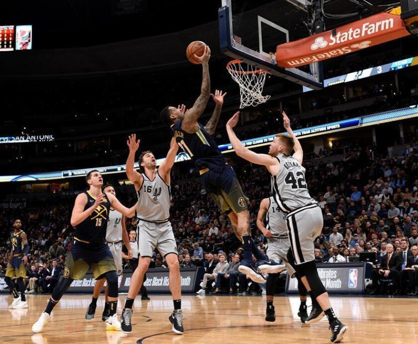 El jugador Wilson Chandler (c) de Denver Nuggets en acción ante Davis Bertans (d) y Pau Gasol (i) de San Antonio Spurs durante un partido de baloncesto de la NBA disputado, en el Pepsi Center de la ciudad de Denver, Colorado (EE.UU.). EFE