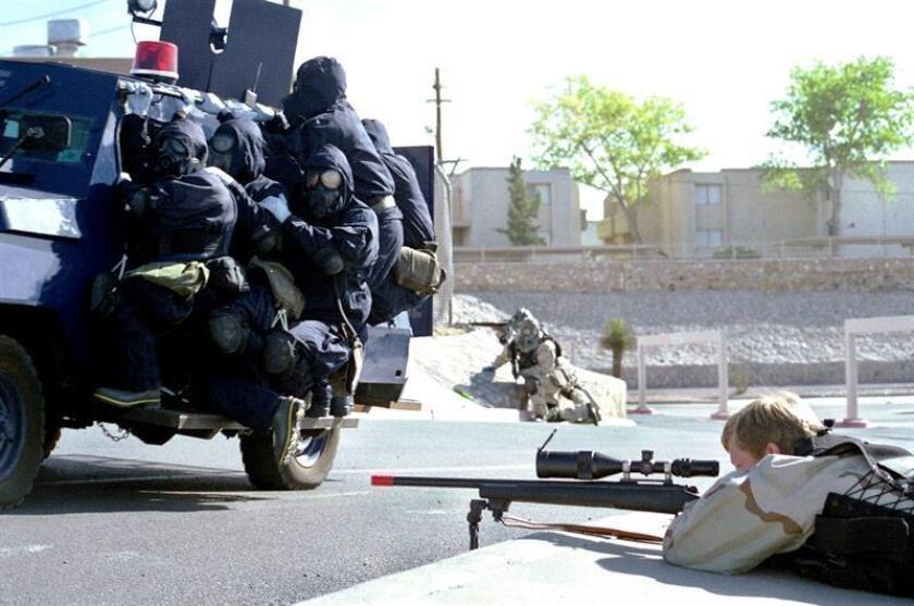 Hombre armado retiene a tres rehenes en una residencia militar de California