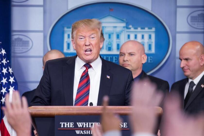 El presidente de los Estados Unidos, Donald J. Trump (c), habla sobre seguridad fronteriza y el cierre parcial en curso del gobierno federal, con miembros del Consejo Nacional de Patrulla de Fronteras. EFE/Archivo
