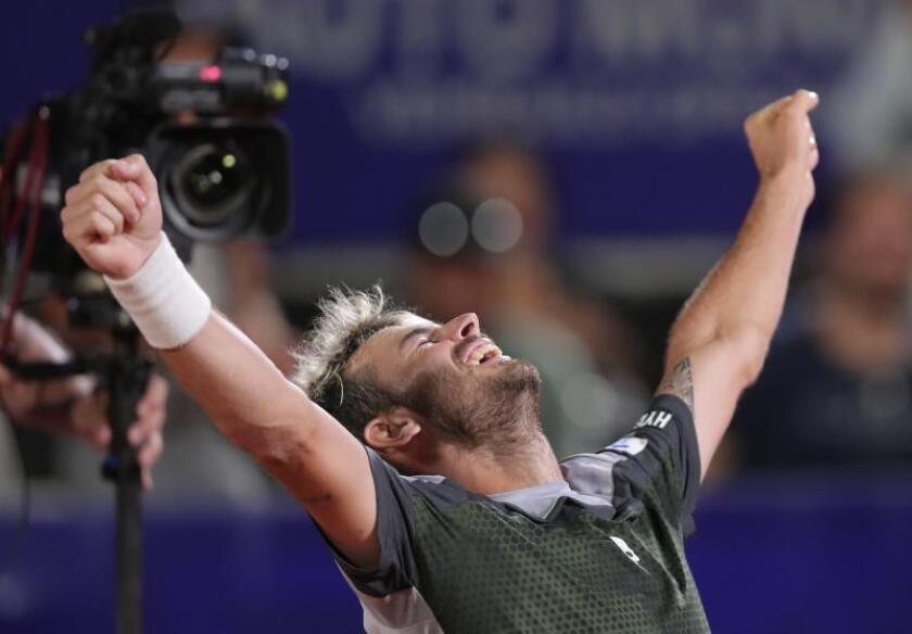 El tenista argentino Juan Ignacio Londero celebra su triunfo en la final del Abierto de Córdoba disputado este domingo en la ciudad de Córdoba (Argentina). EFE
