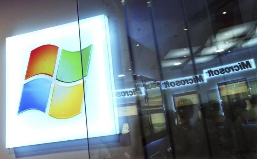 <p> Un logotipo de Windows y los visitantes se ven a través del cristal en la apertura de la nueva tienda de Microsoft en un centro comercial en Budapest, Hungría. EPA / Zoltan Mathe / File </p>