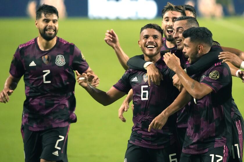 Jonathan dos Santos (6), de la selección de México, celebra tras anotar ante Honduras en los cuartos de final de la Copa de Oro, el sábado 24 de julio de 2021, en Glendale, Arizona (AP Foto/Rick Scuteri)