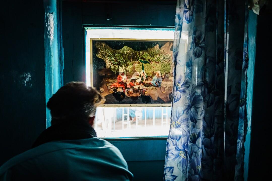مردی که از پنجره بیرون را نگاه می کند