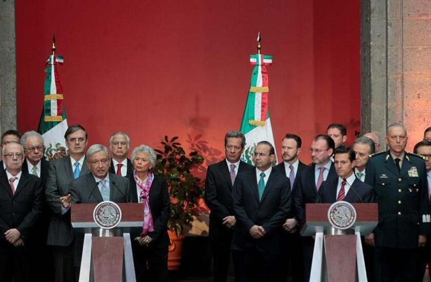 El presidente de México, Enrique Peña Nieto (d), y el próximo presidente, Andrés Manuel López Obrador (i), participan en una rueda de prensa hoy, lunes 20 de agosten el Palacio Nacional en Ciudad de México (México). EFE