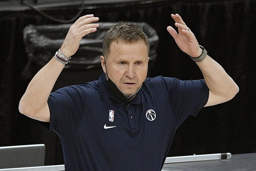ARCHIVO - El entrenador de los Wizars de Washington Scott Brooks durante un partido contra los Hornets de Charlotte, el 16 de mayo de 2021. (AP Foto/Nick Wass, archivo)