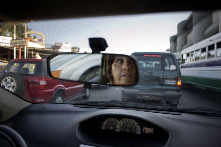 Susana Hernández, una conductora de Uber, navega a través del tráfico y se acerca al transitado Boulevar Agua Caliente de Tijuana.David Maung