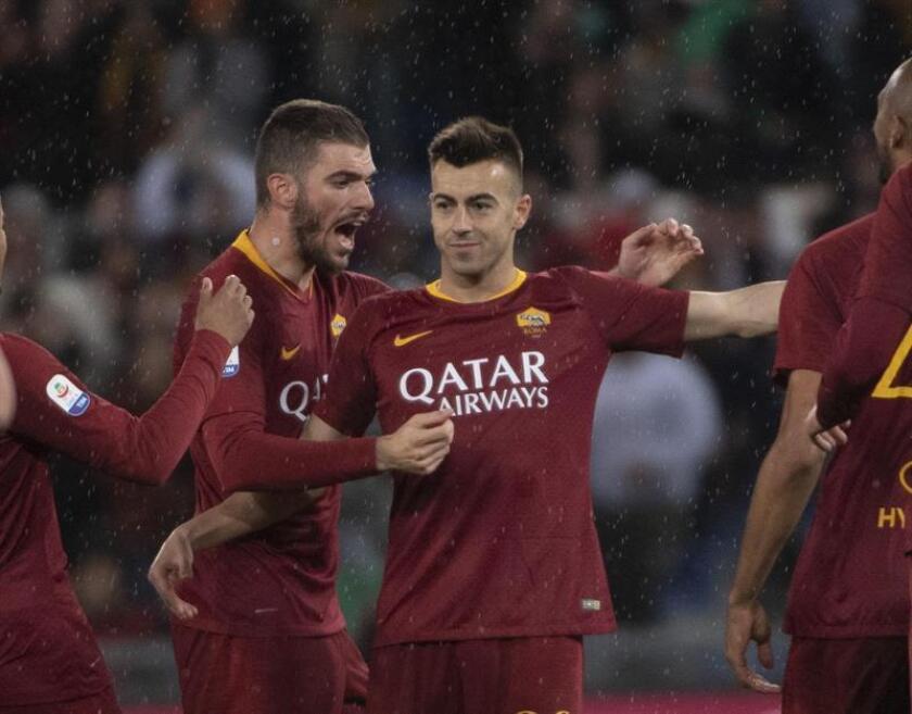 El jugador de la Roma Stephan El Shaarawy (c) celebra con sus compañeros luego de anotar un gol durante un partido de la Serie A italiana entre AS Roma y Empoli FC el pasado lunes, en el estadio Olímpico de la ciudad de Roma (Italia). EFE
