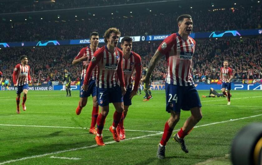 El defensa del Atlético de Madrid José Giménez (d) celebra tras marcar el primer gol ante la Juventus, durante el partido de ida de octavos de final de la Liga de Campeones en el estadio Wanda Metropolitano, en Madrid. EFE