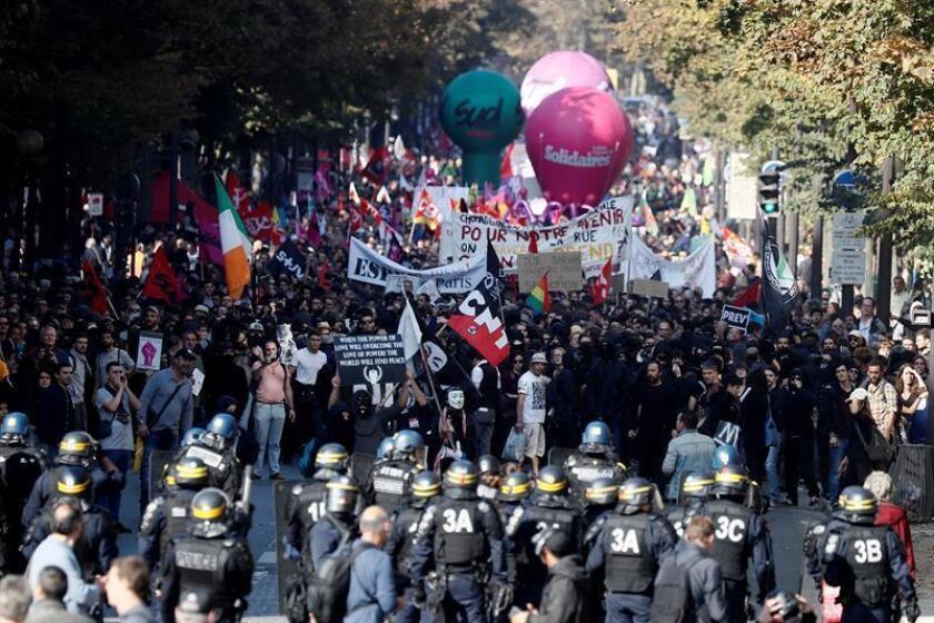 Militantes de extrema izquierda se enfrentan a la policía durante una manifestación contra el gobierno francés en París, Francia. EFE/Archivo