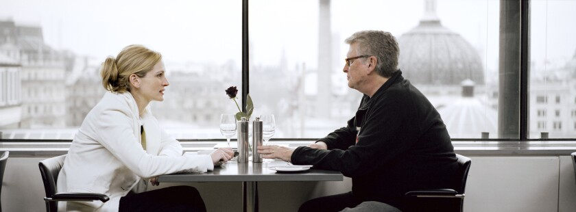 """Julia Roberts and director Mike Nichols on the set of the comedy-drama """"Closer."""""""
