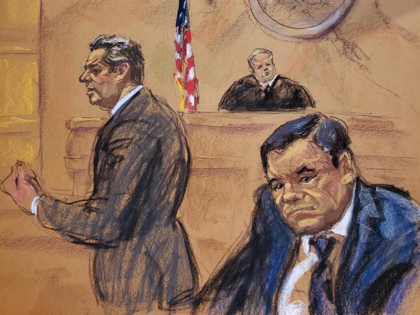 """Reproducción fotográfica de un dibujo realizado por la artista Jane Rosenberg donde aparece el abogado Jeffrey Lichtman (i), mientras presenta sus recursos frente al juez Brian cogan (c) y su cliente el narcotraficante mexicano Joaquín """"El Chapo"""" Guzmán (d), durante el primer día de su juicio en el tribunal del Distrito Sur en Brooklyn, Nueva York (EE.UU.). EFE"""