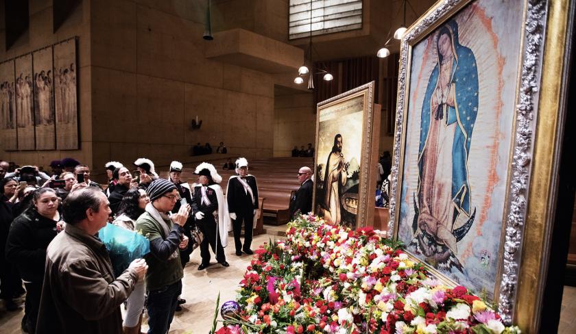 Feligreses frente a la Virgen de Guadalupe en la Catedral de Nuestra Señora de Los Ángeles.