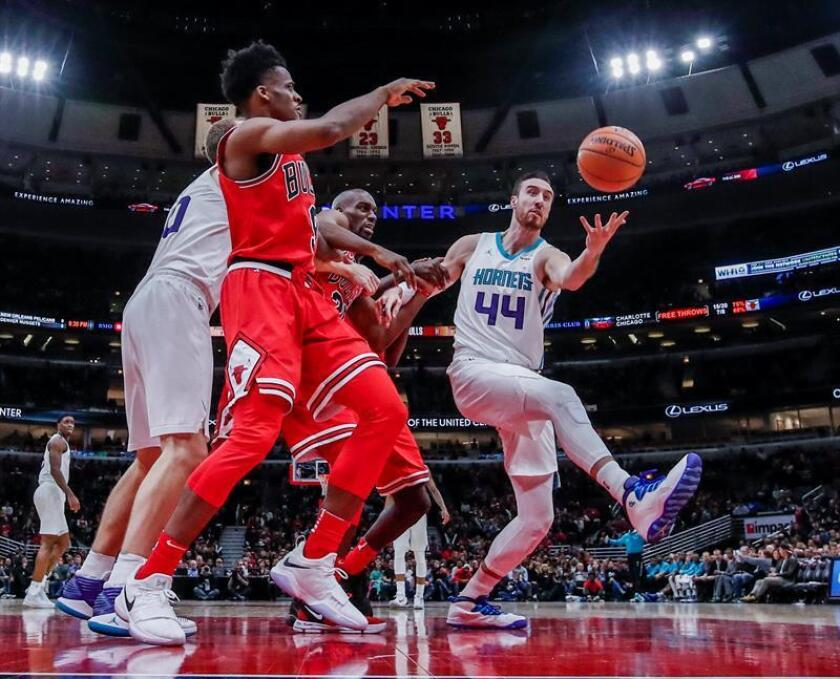 Charlotte Hornets forward Frank Kaminsky (R) reaches for a rebound in the second half of their NBA game against the Chicago Bulls at the United Center in Chicago, Illinois, USA, 17 November 2017. The Bulls defeated the Hornets. EFE