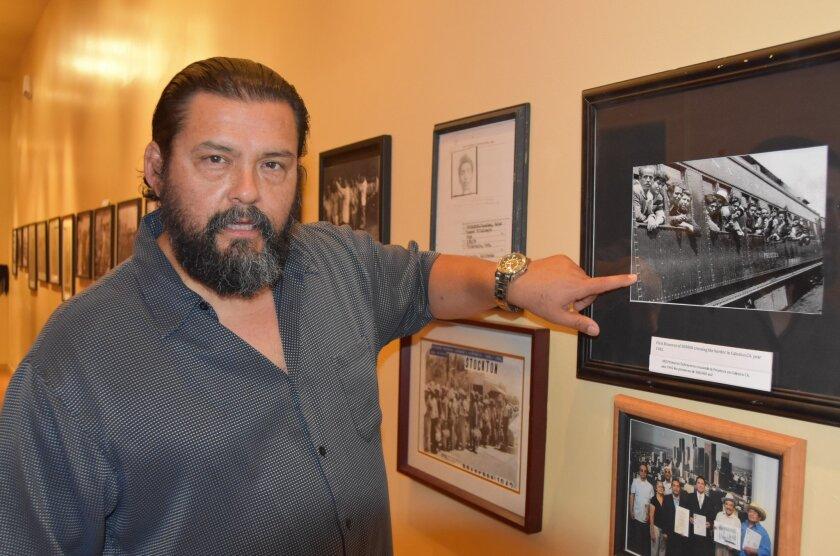 """SHM50. LOS ÁNGELES (CA, EE.UU.), 17/06/2016.- Fotografía del 16 de junio de 2016 de Daniel Mora, actor que representa en la vejez a """"Nacho"""", uno de los integrantes del """"Trío los machos"""", mostrando las fotos de unos trabajadores del Programa Bracero (entre 1942 y 1964) durante una entrevista con Efe en el teatro Casa 0101 en Boyle Heights, en el este de Los Ángeles, California (EE.UU.). La vida de campesinos mexicanos contratados por EE.UU. durante la Segunda Guerra Mundial apenas figura en los libros de historia, lo que animó a un grupo de actores a poner en escena la obra musical """"Trío los machos"""", que resalta el rol de los llamados """"padres braceros"""", que este fin de semana se escenifica en una sala de Boyle Heights. EFE/Iván Mejía"""