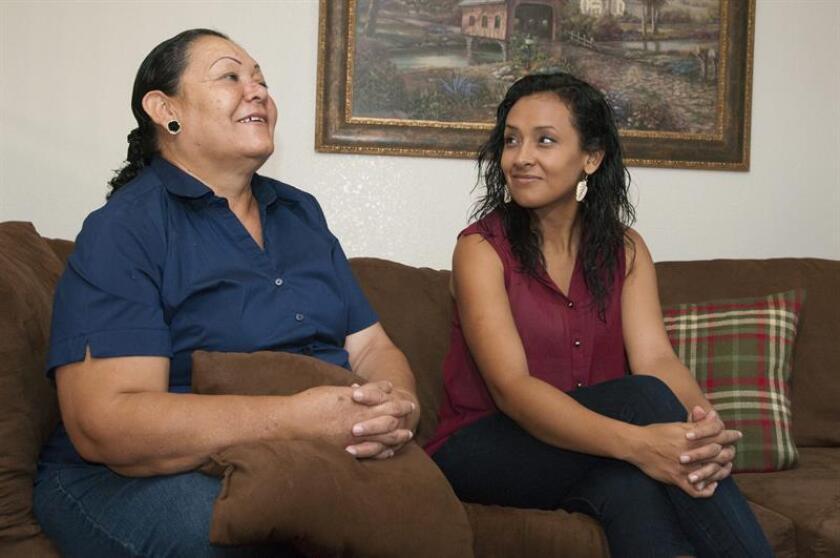 """La activista pro """"soñadores"""" Erika Andiola (dcha.) salió hoy en libertad junto con el resto de sus compañeros que permanecían en huelga de hambre en una cárcel en Washington D.C. La mexicana Guadalupe Arreola (izq.) habla junto a su hija la activista Erika durante una entrevista con Efe en Arizona. EFE/ARCHIVO"""