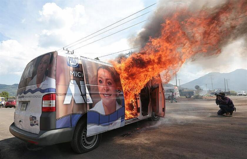 """Un vehículo de campaña de la candidata a senadora por la coalición """"Michoacán al Frente"""" Alma Mireya González Sánchez es quemado durante un acto proselitista. EFE/Archivo"""