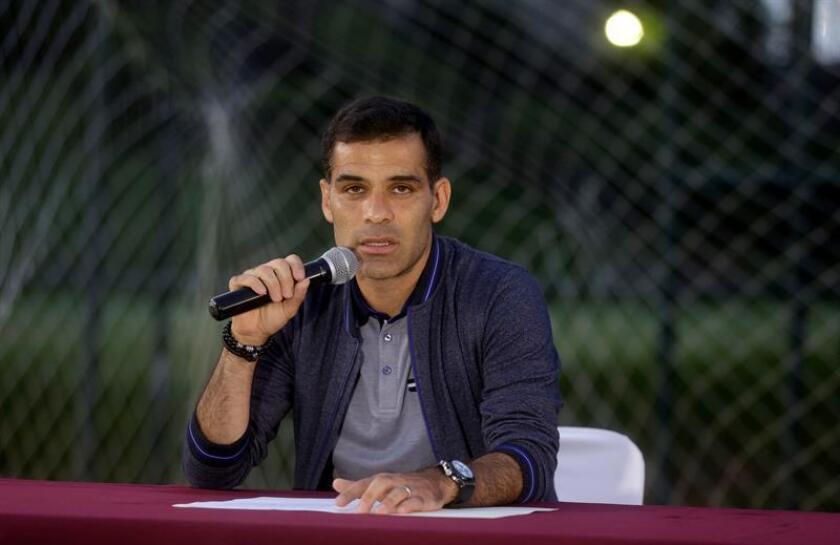 Un tribunal federal colegiado en materia penal decidió revocar el amparo que había obtenido el futbolista mexicano Rafael Márquez al considerar legal el embargo de cuentas del jugador, con cuatro participaciones en Copas Mundiales. EFE/STR