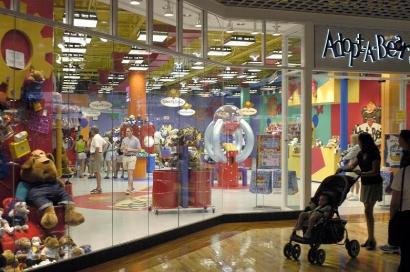 El Dolphin Mall, un centro comercial ubicado al oeste de Miami y con alta presencia de turistas extranjeros, reabrió hoy con normalidad tras la falsa alarma de tiroteo la noche del sábado que generó escenas de pánico y motivó su cierre temporal. EFE/Archivo