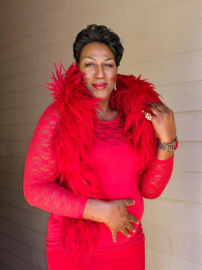 """Fotografía cedida por """"Projects+gallery"""" que muestra un retrato de Dee Dee Ngozi, de 55 años, realizado por la fotógrafa estadounidense Jess T. Dugan y que forma parte de la exhibición """"To Survive on This Shore"""", inaugurada este sábado en el Museo de Arte Patricia y Phillip Frost de Miami (EE.UU.). EFE/Projects+gallery"""