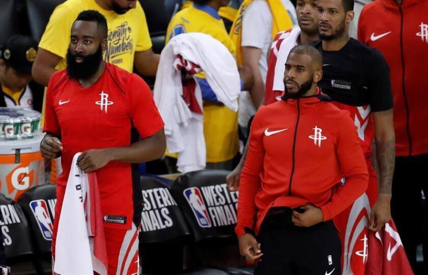 El escolta de los Houston Rockets, James Harden (i) y su compañero de equipo Chris Paul (d), durante un partido. EFE/Archivo
