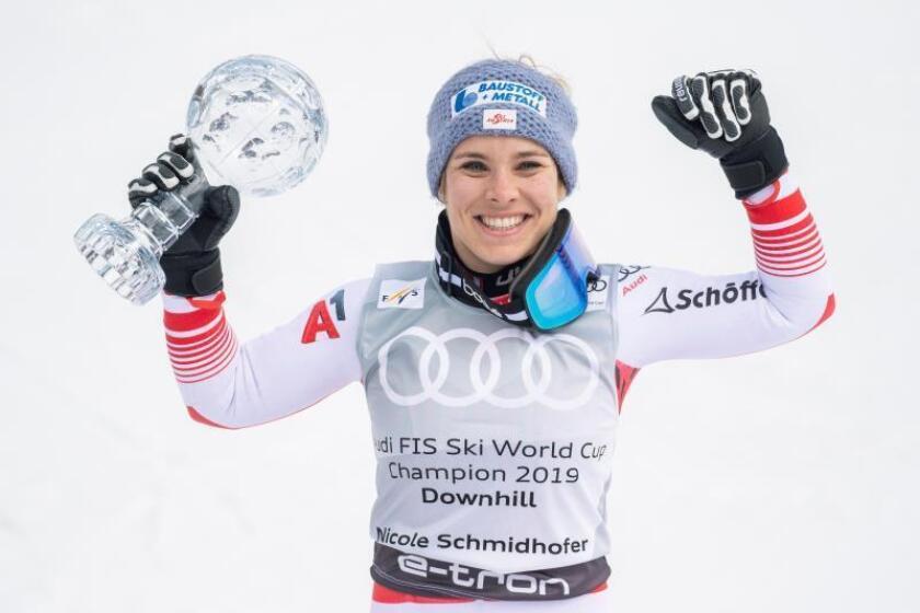 La esquiadora austriaca Nicole Schmidhofer celebra el Globo de descenso, este miércoles, en la Copa del Mundo de esquí alpino este miércoles en Soldeu-El Tarter (Andorra). EFE