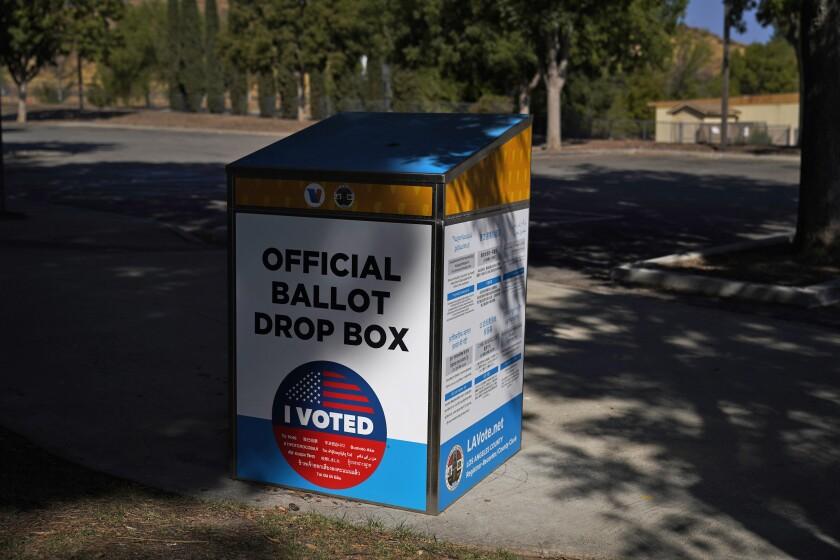Esta fotografía del 14 de octubre de 2020 muestra una urna oficial en Santa Clarita, California.