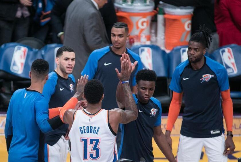Paul George (c) de los Oklahoma Thunder es felicitado por sus compañeros durante un partido de la NBA, en el Staples Center de Los Ángeles, California (EE. UU.). EFE/ Archivo
