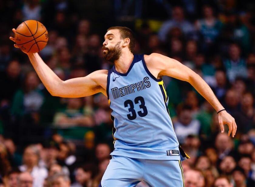 Marc Gasol de Memphis Grizzlies sostiene el balón en el juego de la NBA esta semana. EFE