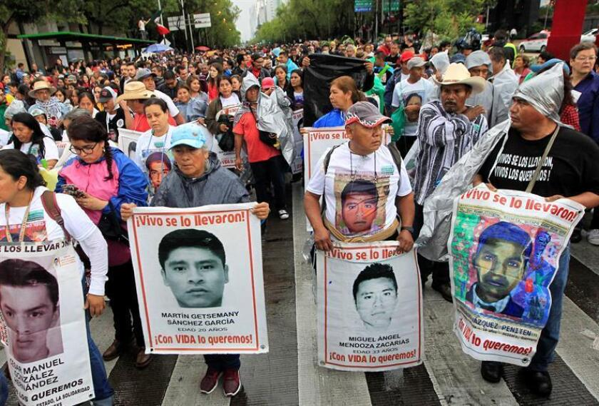 Familiares y amigos de los estudiantes desaparecidos hace 4 años en Ayotzinapa se manifiestan hoy, miércoles 26 de septiembre de 2018, en Ciudad de México (México). EFE
