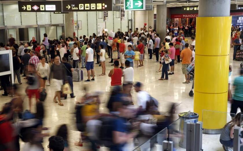 Viajeros en la zona de llegadas de la T4, en el aeropuerto Adolfo Suárez Madrid-Barajas. EFE/Archivo