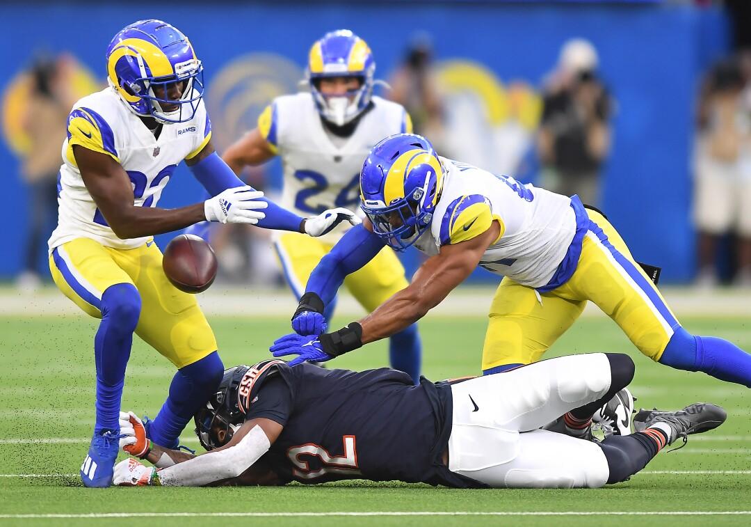 Los Angeles Rams David Long Jr., à gauche, et Kenny Young empêchent le receveur des Chicago Bears Allen Robinson d'attraper le ballon