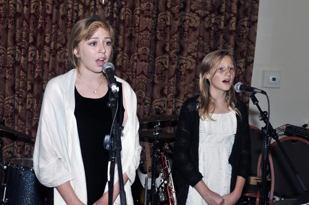 Singers Lydia and Cora