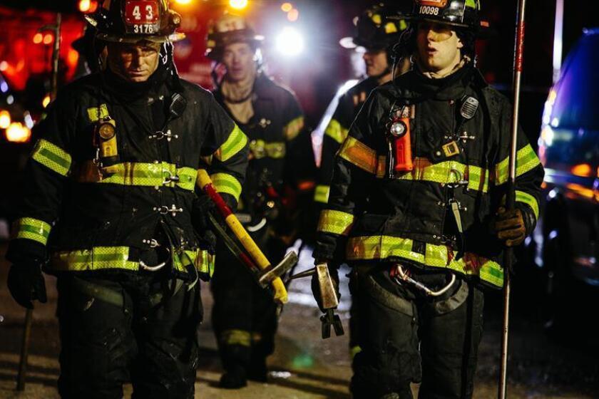 Miembros del Departamento de Bomberos de la Ciudad de Nueva York (FDNY) trabajan en el desalojo de un edificio de apartamentos en Nueva York, Estados Unidos. EFE/Archivo