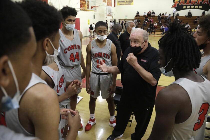 El entrenador de baloncesto universitario de Westchester High School, Ed Azzam, habla con su equipo