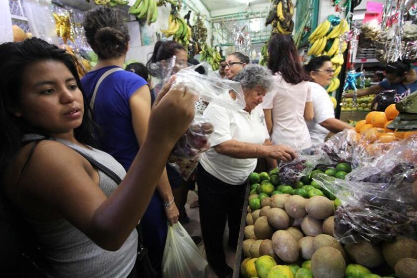 Ciudadanos mexicanos en un mercado en Cancún. EFE/Archivo